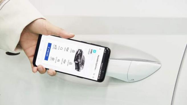 La tecnología NFC detecta la presencia de los smartphones al aproximarse al coche.