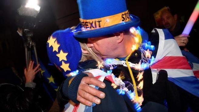 Manifestantes partidarios de permanecer en la UE, frente al Parlamento británico, en Londres.