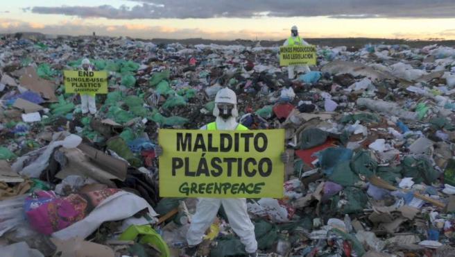 Greenpeace coloca una pancarta contra los plásticos en Valdemingómez