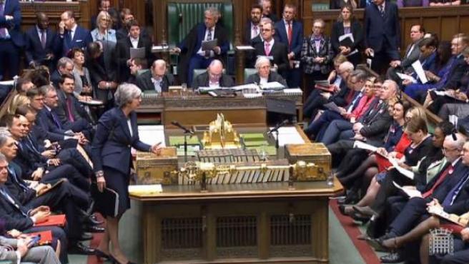 Captura de video de la primera ministra británica, Theresa May (L), mientras da un discurso ante la Cámara de los Comunes.