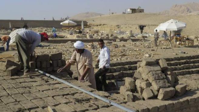 Vista de los trabajos en el proyecto arqueólogico del templo funerario del faraón Tutmosis III (1490-1436 a.C.), abandonado durante 70 años. El templo resurge de las profundidades de la montaña Tebana, en Luxor (sur), para devolver a este gran faraón el sitio que merece en la historia de Egipto.