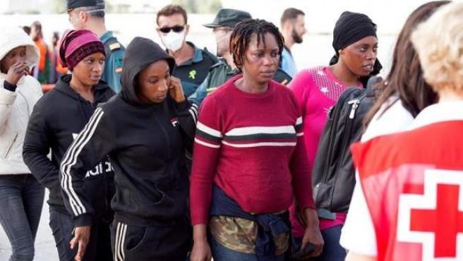 Mujeres migrantes llegan al puerto de Motril.
