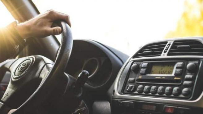 El carnet de conducir o el permiso de circulación son documentos obligatorios que hay que llevar siempre en el coche.