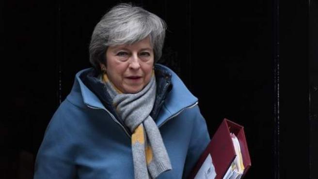 La primera ministra británica, Theresa May, sale de su residencia en Downing Street, Londres, tras participar en una reunión del Consejo de Ministros.