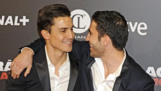 Los actores Miguel Ángel Silvestre y Álex González presumiendo de su buena relación.