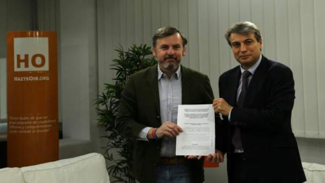 FOTO REMITIDA POR HAZTEOIR.ORG. Arsuaga (i) y Policarpo Sánchez (d) tras la firm