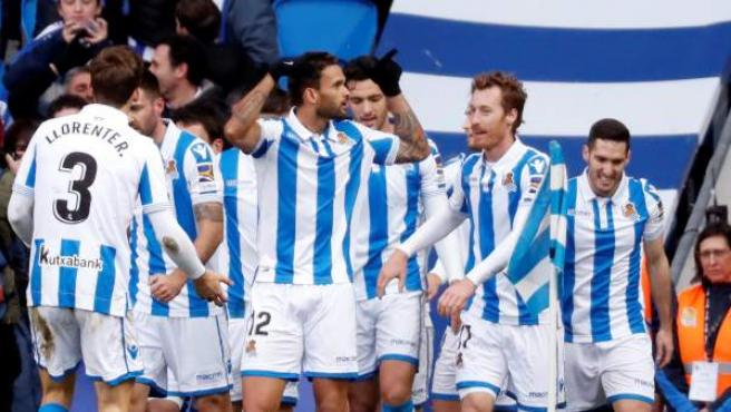 El delantero de la Real Sociedad Willian José celebra un gol con sus compañeros.