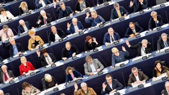 Los miembros del Parlamento Europeo participan en una sesión.