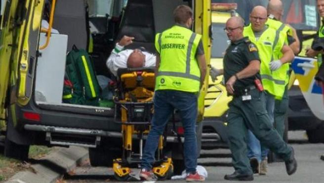 Personal sanitario atiende a un herido tras un tiroteo en la mezquita Masjid Al Noor, en Christchurch (Nueva Zelanda).