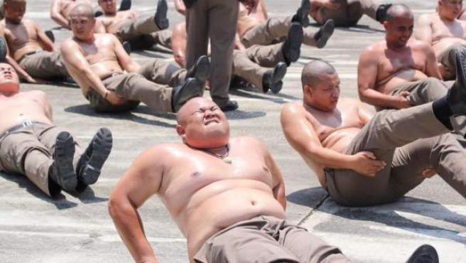 Agentes tailandeses obesos participan en un campamento para adelgazar.