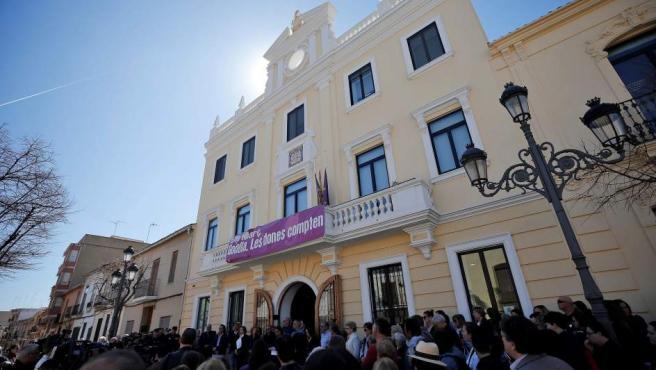 La corporación local de Godella y alrededor de un centenar de vecinos se han congregado este viernes frente a la fachada principal del Ayuntamiento.