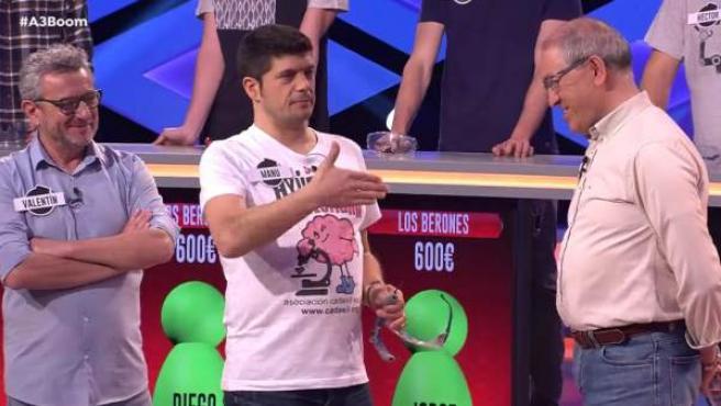 Valentín y Alberto, observando la habilidad de Manu en el programa '¡Boom!'.