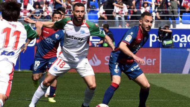 El Alavés se impone en El Alcoraz y sigue aspirando a estar en la Champions.