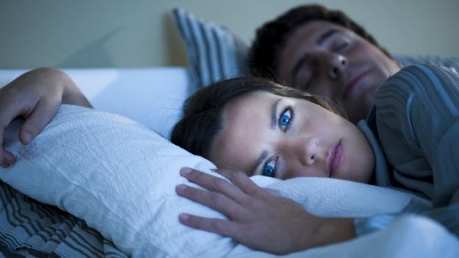 El uso de aparatos electrónicos con luz hace que el cerebro crea que es de día y no segrege melatonina.