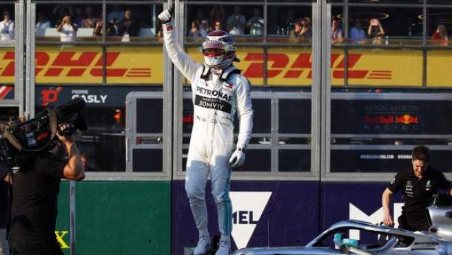Lewis Hamilton saluda al público subido en el Mercedes W10.