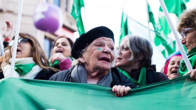 Nelly Minyersky durante la manifestación en Argentina por la despenalización del aborto.