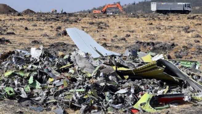 Restos del fuselaje del avión Boeing 737 MAX 8 de Ethiopian Airlines que se estrelló en Bishoftu, Etiopía, poco después de despegar.