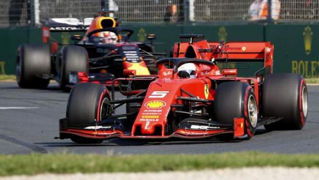 Sebastian Vettel, perseguido por Max Verstappen en el GP de Australia.