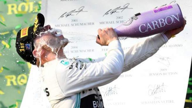 Valtteri Bottas bebe champán tras ganar el GP de Australia.