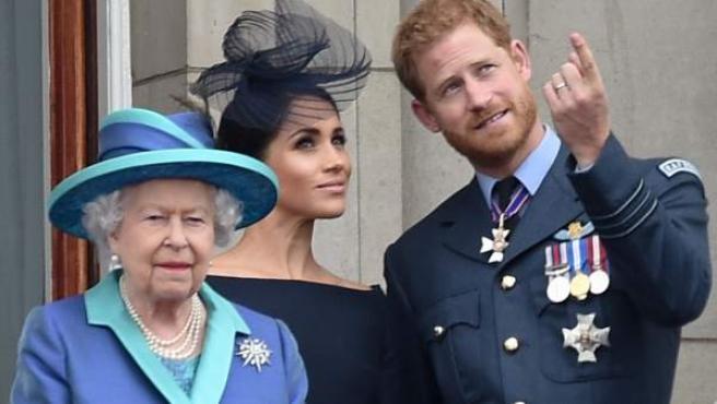 La reina de Inglaterra, con su nieto Harry y la esposa de éste, Meghan Markle, en el balcón de Buckingham Palace.