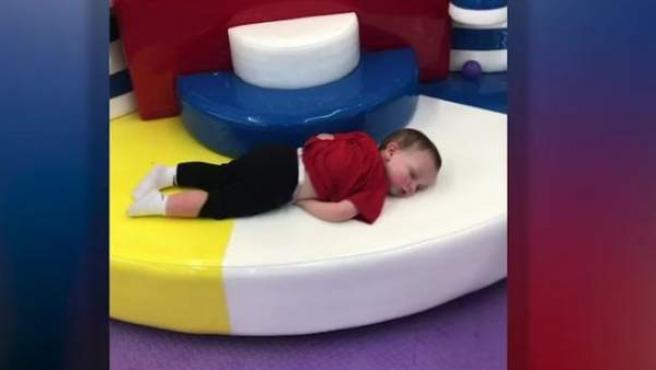 Jackson Carter, el bebé de 18 meses dormido en un carrusel.
