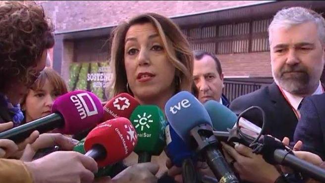 Susana Díaz haciendo declaraciones a los medios.