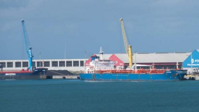 Imagen del petrolero 'Fortuna', en el puerto de A Coruña.