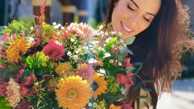 Pilar Rubio posa junto a un ramo de flores por su 41 cumpleaños.