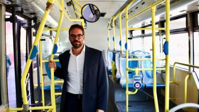 Álvaro Fernández Heredia, gerente de la EMT, posando en un autobús de la flota municipal.