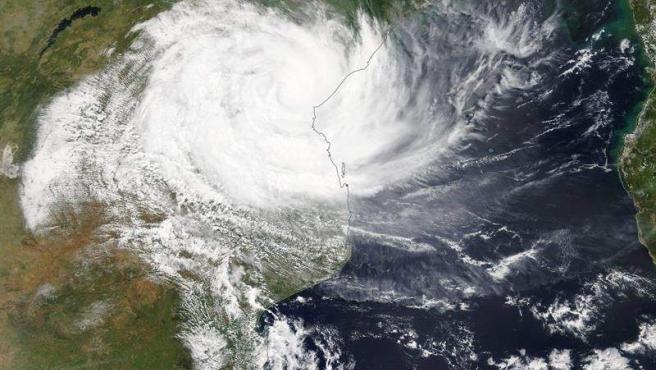 Imagen de satélite del ciclón Idai llegando a Mozambique, el 15 de marzo de 2019.