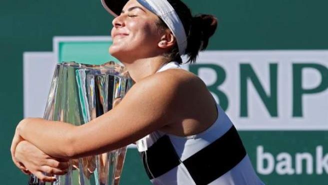 La tenista canadiense Bianca Andreescu abraza el trofeo de ganadora del torneo de Indian Wells, tras vencer en la final a la alemana Amgelique Kerber.