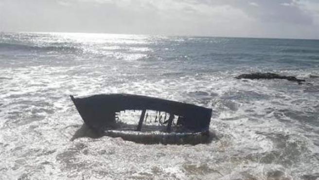 Imagen de archivo de la patera en la que viajaban los 13 inmigrantes fallecidos frente a la costa de Melilla.