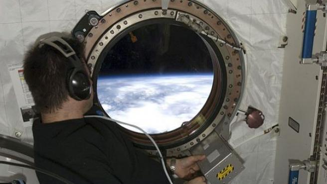 El astronauta Greg Chamitoff se asoma por una ventana del módulo japonés Kibo de la Estación Espacial Internacional, durante la misión espacial de noviembre de 2008.