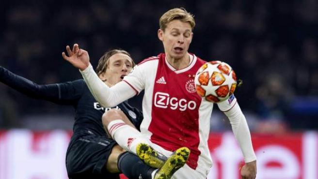 Frenkie de Jong del Ajax disputa el balón con Luka Modric.