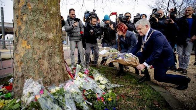 El alcalde de Utrecht, Jan Van Zanen, deposita flores en el lugar del ataque.