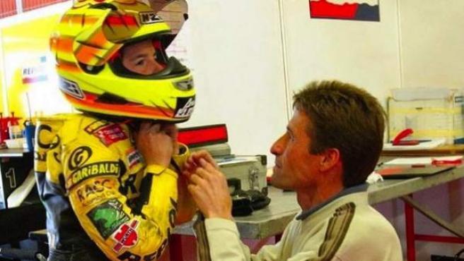 El pentacampeón del mundo de MotoGP Marc Márquez es ayudado por su padre antes de una competición.