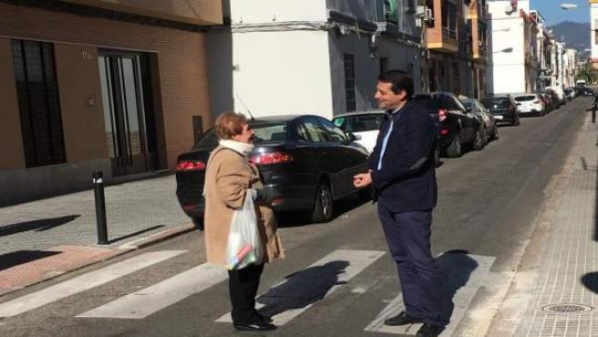 José María Bellido conversa con una vecina