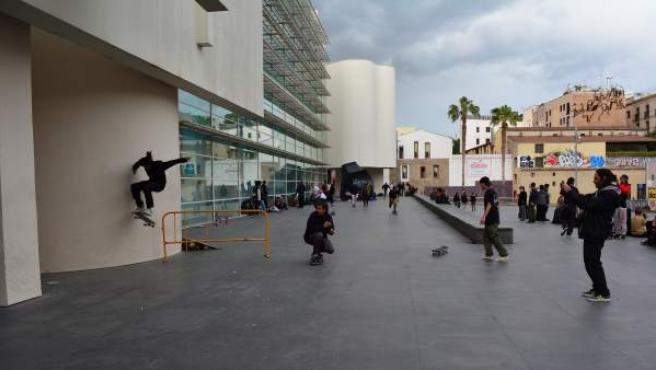 'Skaters', este martes, en la plaza dels Àngels de Barcelona.