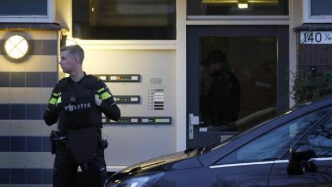 Un policía monta guardia frente a un edificio tras el tiroteo en Utrecht (Holanda) que dejó al menos tres muertos.