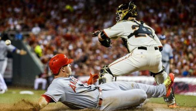 Mike Trout llega a la base durante un Partido de las Estrellas de la MLB.