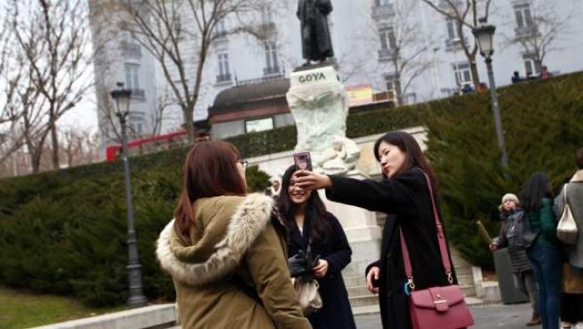 Un grupo de turistas se fotografía en el Museo del Prado de Madrid.