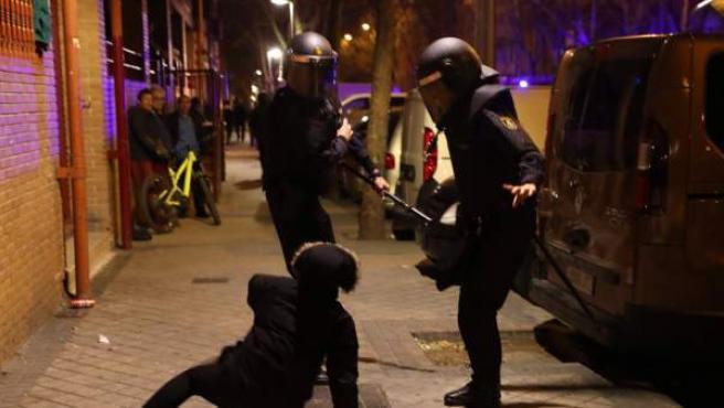 La policía reduce a un manifestante tras los altercados protagonizados por varios cientos de vecinos de El Pozo del Tío Raimundo, en el distrito madrileño de Vallecas.