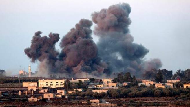 El humo asciende tras un ataque ruso sobre los Altos del Golán, en la frontera entre Israel y Siria.