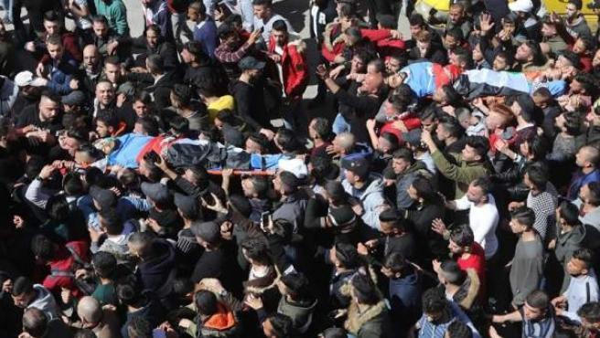Una multitud acompaña en la ciudad cisjordana de Nablus los cadáveres de Raed Hamdan y Zaid Nouri, tiroteados por el Ejército israelí al repeler un ataque con explosivos de los jóvenes palestinos.