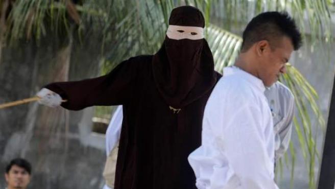 Un hombre recibe latigazos en público, acusado de mantener relaciones sexuales sin estar casado, en Banda Aceh, Indonesia.