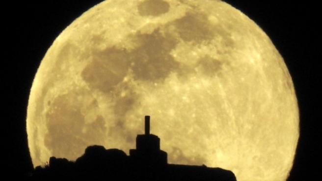 La luna llena sobre el monte Pico Sacro, esa noche a las afueras de Santiago.