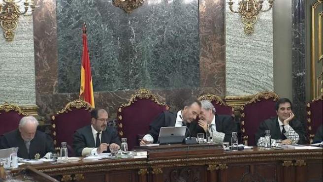 El presidente del tribunal, Manuel Marchena, conversa con el juez Juan Ramón Verdugo durante el juicio del 'procés'.