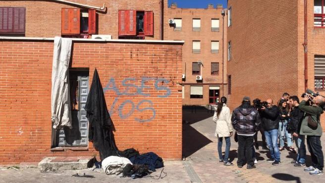 Varios periodistas y cámaras en las inmediaciones de la casa del presunto asesino de un hombre de 64 años en Vallecas.