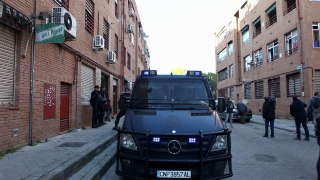 Los cuerpos de la Policía Nacional permanecen este jueves en el barrio de Vallecas, con tal de aliviar la tensión que se vive en el barrio.