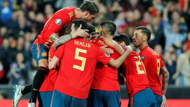 España celebra un tanto ante Noruega